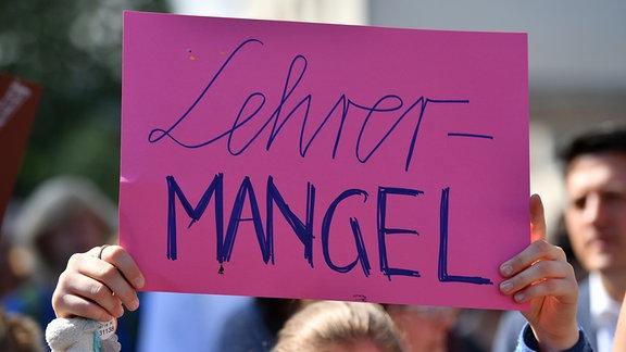 Eine Schülerin hält bei einer Demonstration in Erfurt ein Plakat mit der Aufschrift «Lehrermangel» in Händen.