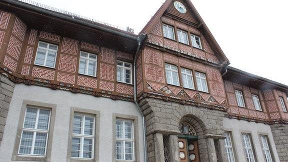 Blick auf das Rathaus von Schierke bei leichtem Schneetreiben