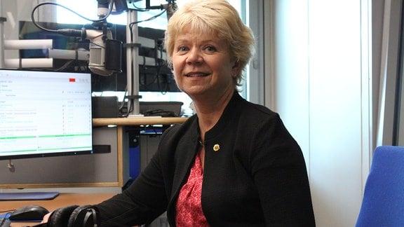 Cornelia Lüddemann, Spitzenkandidatin der Grünen für die Landtagswahl, sitzt in einem Hörfunkstudio.