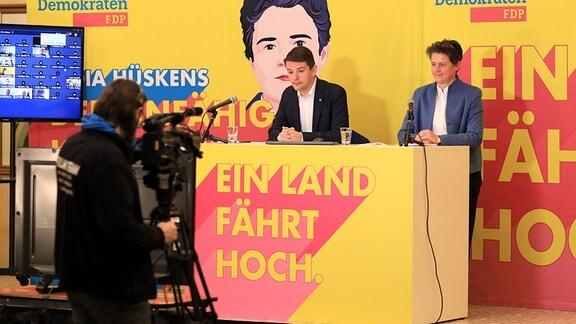 Marcus Faber, Landesvorsitzender der FDPSachsen-Anhalt, und Lydia Hüskens, FDP-Spitzenkandidatin für die Landtagswahl, stehen beim digitalen Außerordentlichen Landesparteitag der FDP Sachsen-Anhalt im Hotel Raatswage auf dem Podium.