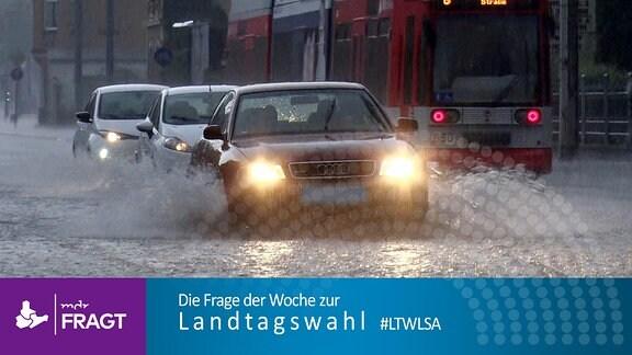 Autos fahren über eine überflutete Straße in Halle (Saale), 2020. Starkregen wie hier verursachte im Sommer 2021 heftige Fluten in Teilen Deutschlands. Über hundert Menschen starben.