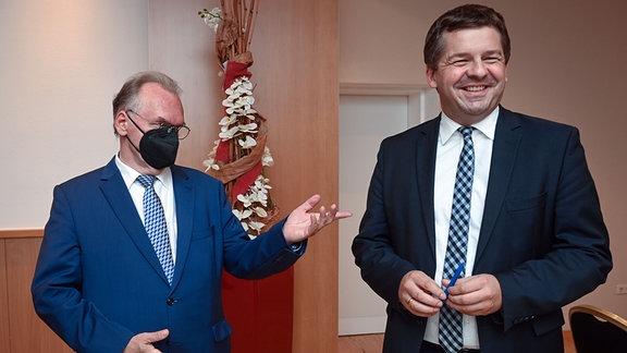 Reiner Haseloff (CDU, l), Ministerpräsident von Sachsen-Anhalt, und Sven Schulze, Landesvorsitzender der CDU Sachsen-Anhalt
