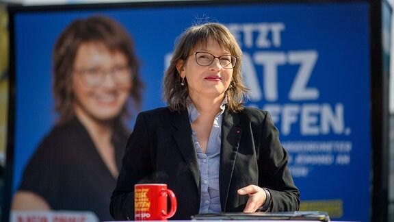 Katja Pähle (SPD), Spitzenkandidatin der SPD bei den Landtagswahlen in Sachsen-Anhalt, steht vor einem Wahlplakat der Partei