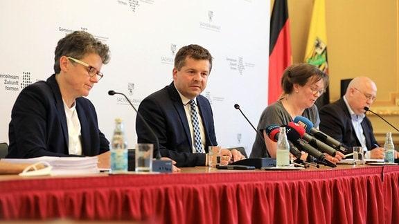 Lydia Hüskens (links), Vorsitzende der FDP in Sachsen-Anhalt, Sven Schulze, Vorsitzender der CDU Sachsen-Anhalt, sowie Juliane Kleemann und Andreas Schmidt, Vorsitzende der SPD Sachsen-Anhalt, nehmen in der Staatskanzlei an einer Pressekonferenz zur Vorstellung des Entwurfs des Koalitionsvertrages von CDU, FDP und SPD Sachsen Anhalt teil.