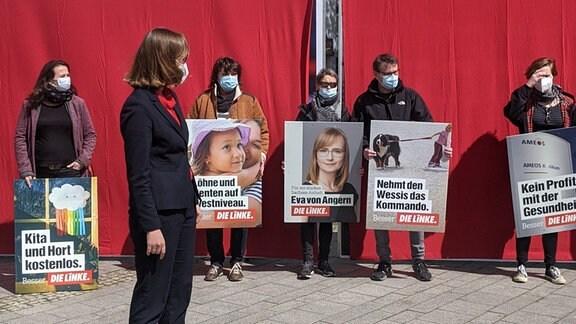 """""""Nehmt den Wessis das Kommando"""", """"Kein Profit mit der Gesundheit"""", """"Kita und Hort kostenlos"""" steht auf Plakaten, mit denen Die Linke und ihre Spitzenkandidatin Eva von Angern zur Landtagswahl 2021 in Sachsen-Anhalt antreten"""