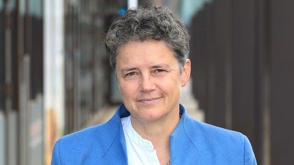 Lydia Hüskens, Vorsitzende der FDP Sachsen-Anhalt, steht am Eingang eines Bürogebäudes.