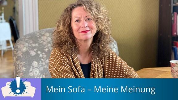 Lächelnde Frau mit lockigem Haar auf einem Sessel