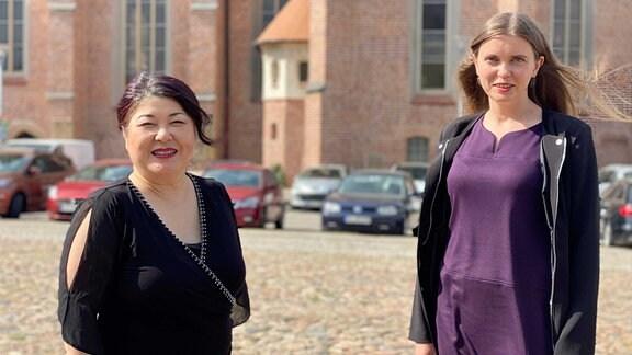 Mika Kaiyama und Daria Ankudinova auf dem Schlossplatz in Dessau