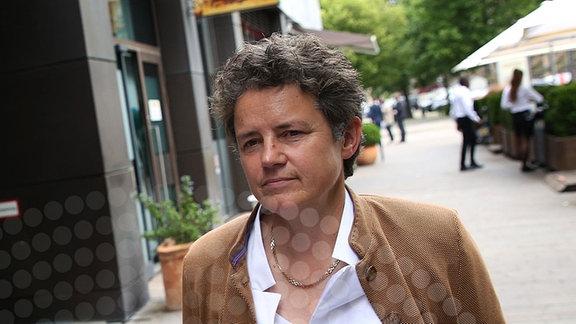 Sven Schulze (CDU) und Lydia Hüskens (FDP) stehen vor einem Sondierungsgespräch nebeneinander.