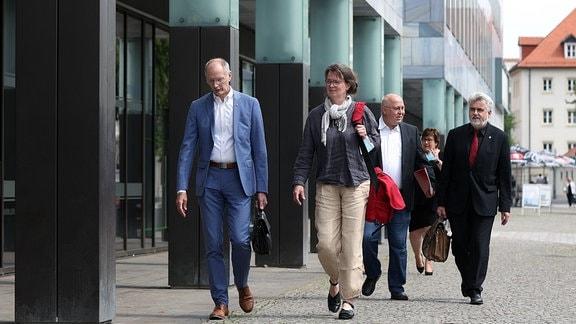 Andreas Dittmann (SPD, l-r) Bürgermeister von Zerbst, Juliane Kleemann und Andreas Schmidt, die beiden Parteivorsitzenden der SPD Sachsen-Anhalt, Petra Grimm-Benne (SPD), Gesundheitsministerin von Sachsen-Anhalt, sowie Armin Willingmann (SPD), Wirtschaftsminister von Sachsen-Anhalt, kommen zu einem Sondierungsgespräch mit der CDU Sachsen-Anhalt...