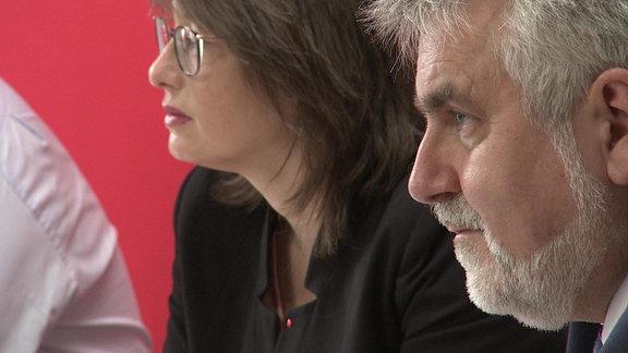 Sachsen-Anhalts SPD-Landesminister Armin Willingmann (vorne) und die Vorsitzende der Landtagsfraktion der SPD, Katja Pähle, auf einer Pressekonferenz ihrer Partei zu den Ergebnissen der Koalitionsverhandlungen mit CDU und FDP am 11. August 2021 in Magdeburg.