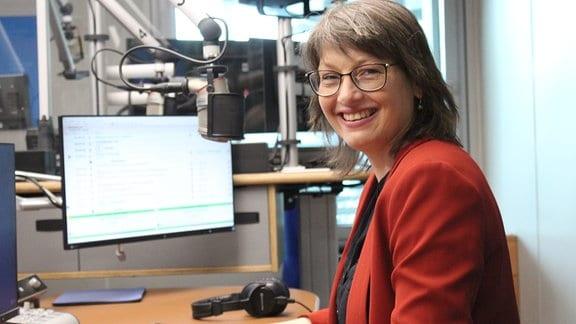 SPD-Spitzenkandidatin Katja Pähle sitzt in einem Radiostudio und lächelt in die Kamera.