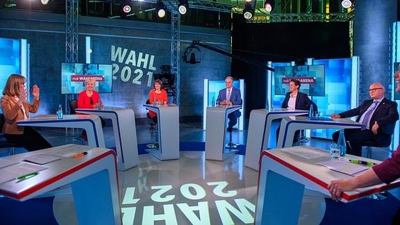 Die Spitzenkandidatinnen ihrer Parteien für die Landtagswahl 2021 in Sachsen-Anhalt, Eva von Angern (l-r, Die Linke), Cornelia Lüddemann (Bündnis 90/Die Grünen), Katja Pähle (SPD), Reiner Haseloff (CDU), Ministerpräsident des Landes, Lydia Hüskens (FDP) und Oliver Kirchner (AfD) sitzen im Studio der MDR-Wahl-Arena im MDR-Landesfunkhaus.