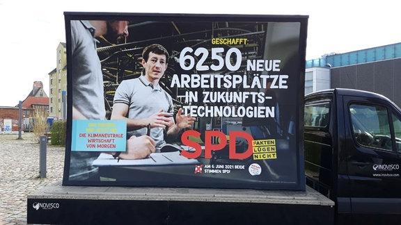 """Der Slogan """"Geschafft: 6250 neue Arbeitsplätze in Zukunftstechnologien"""" auf einem Wahlplakat der SPD Sachsen-Anhalt"""