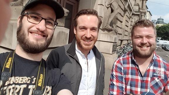Die MDR SACHSEN-ANHALT-Mitarbeiter Fabian Frenzel und Luca Deutschländer machen ein Selfie mit Schauspieler Andreas Hammer.