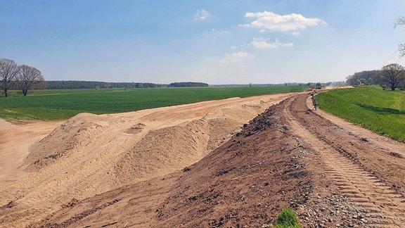 Bauarbeiten am Deich bei Magdeburg
