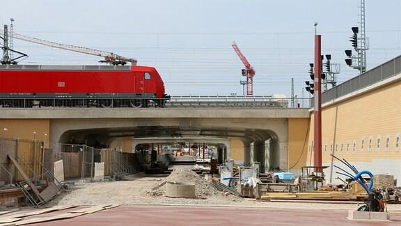 Ein Zug fährt über die Überführung des Magdeburger Citytunnels im Bau