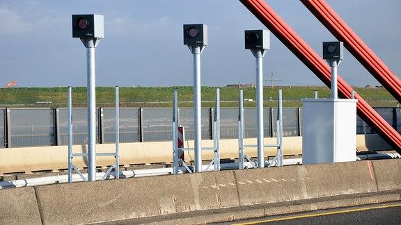 Blitzer Jenoptik-Anlage TraffiStar S330 auf einer Autobahnbrücke