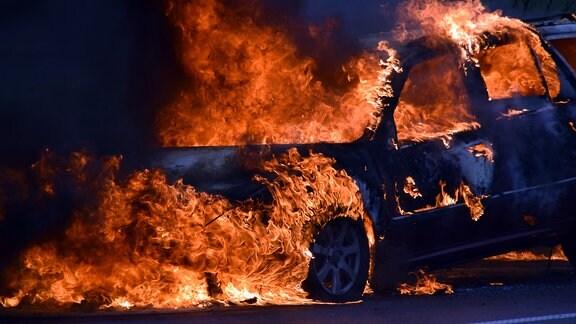 Ein Auto steht in Flammen