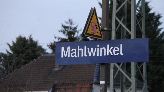 Haltestellen-Schild am Bahnhof Mahlwinkel in der Börde