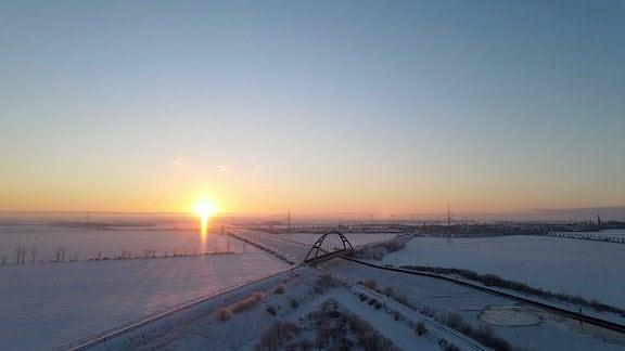 Am Mittellandkanal bei Haldensleben geht die Sonne auf.