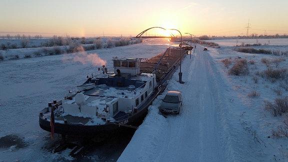 Eisschicht auf dem Mittellandkanal bei Haldensleben