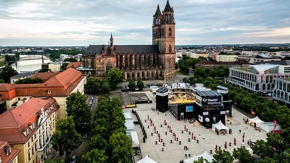 Blick auf den  Magdeburger Domplatz mit dem Dom im Hintergrund. Auf dem Platz sind eine Bühne und eine Tribüne aufgebaut.