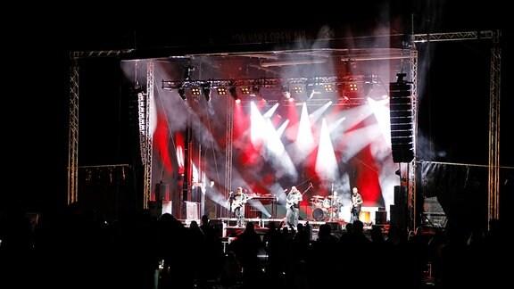 Eine Band spielt auf einer großen Bühne
