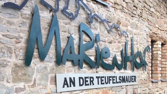Eine Schrift an einer Steinwand Marienhof