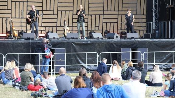 Sänger Milow mit Band auf der Bühne
