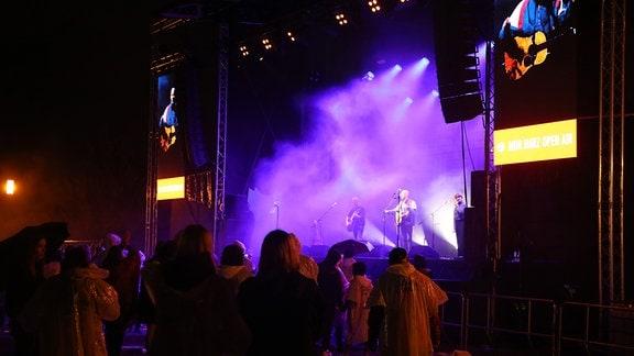 Sänger Milow spielt mit seiner Band auf der Bühne.