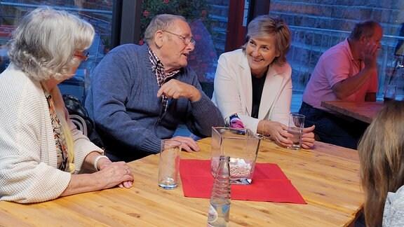 Mehrere Menschen an einem Tisch in intensivem Gespräch. Darunter auch MDR-Intendantin Karola Wille.