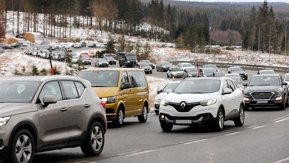 Alle wollen den ersten Schnee im Harz geniessen. Stau auf der B4 in Richtung Torfhaus.