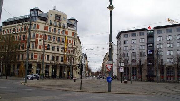 Blick über den Hasselbachplatz mit seinen kreuzenden Straßenbahnschienen hinein in die Sternstraße.