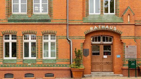 Blick auf das rot-grün gekachelte Rathaus von Genthin
