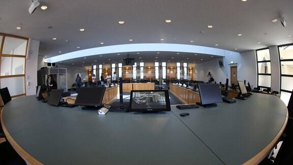 Blick vom Richterplatz in den Sitzungssaal im Landgericht Magdeburg