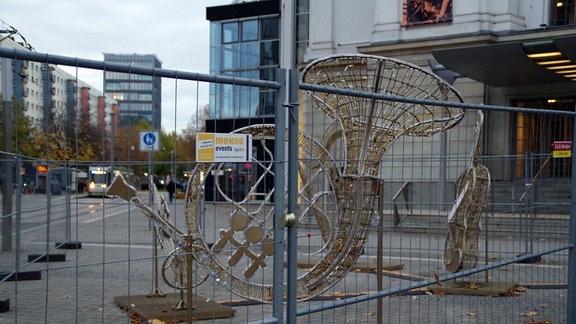 Aus Leuchtdraht geformte Musikinstrumente vor der Oper in Magdeburg