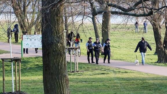 Im Stadtpark Rotehorn in Magdeburg ist am Samstagnachmittag Polizei zur Kontrolle unterwegs, um in Zeiten der Corona Krise die Verfügungen der Landesregierung zu kontrollieren