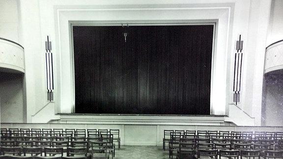 Schwarzweißbild der Bühne des Kristallpalastes in Magdeburg in alten Zeiten