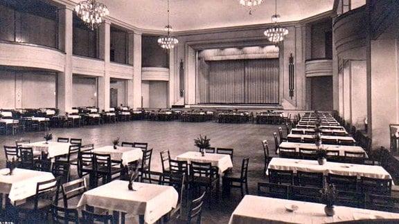 Außen Tische, innen große Fläche (Zum Tanzen): Schwarzweißbild des Festsaals des Magdeburger Kristallpalastes zu alten Zeiten