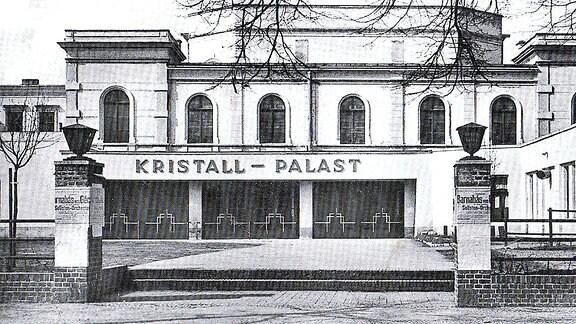 Eine alte Schwarzweißskizze mit der Frontansicht des Magdeburger Kristallpalastes