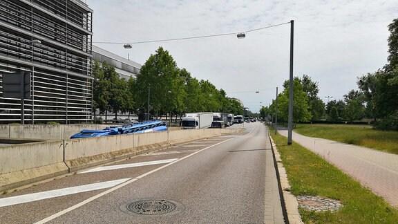 Die Umleitungsstrecke B1 ist voll mit LKW am Unikreisel in Magdeburg.