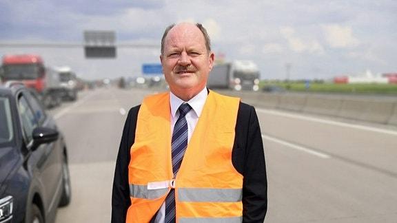 Thomas Webel, Minister für Landesentwicklung und Verkehr in Sachsen-Anhalt in der Baustelle.