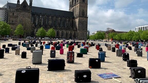 Viele Koffer auf dem Domplatz in Magdeburg
