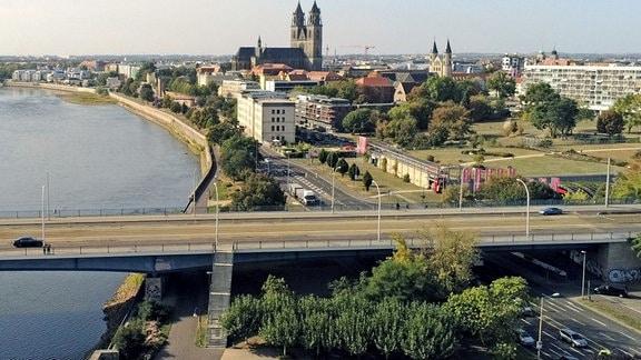 Die Elbe in Magdeburg mit Blick auf den Strombrückenzug und den Dom