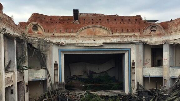 Der ramponierte Innenteil samt eingestürztem Dach im Magdeburger Kristallpalast