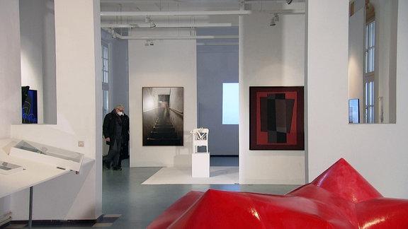 Eine leere Galerie mit Kunst, aber ohne Besucher.