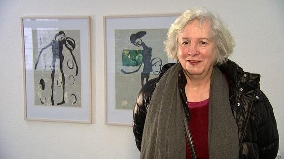 Eine Frau mit grauem Haar und Schaltuch.