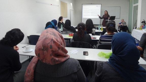 Afghanische Frauen bei einer Präsentation von Kursen, die ihnen bei der Integration in den Arbeitsmarkt helfen sollen.