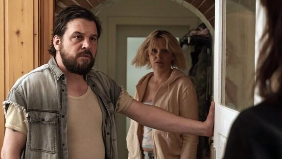 Wegner (Sascha Geršak) gibt zu die Scheune gemietet zu haben, will aber nicht kooperieren.Seine Frau (Laura Tonke) verfolgt das Gespräch.
